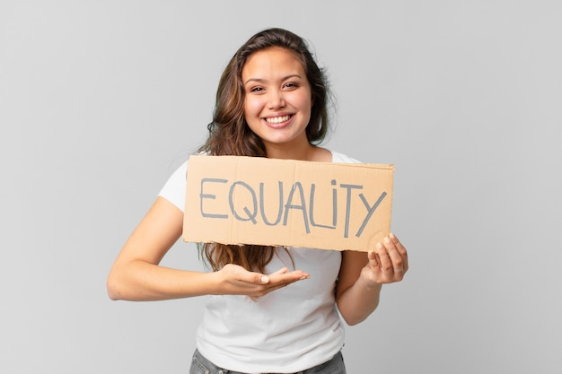 平等のバナーを保持している若いきれいな女性