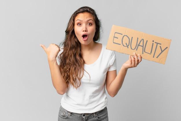 平等バナーを保持している若いきれいな女性