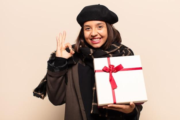 贈り物を持っている若いきれいな女