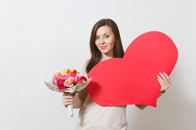 큰 붉은 심장, 흰색 바탕에 아름다운 장미 꽃다발을 들고 젊은 예쁜 여자. 광고 공간을 복사합니다. 텍스트에 대 한 장소입니다. 성 발렌타인 데이 또는 국제 여성의 날 개념