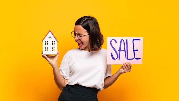 販売コンセプトの若いきれいな女性の家 Premium写真