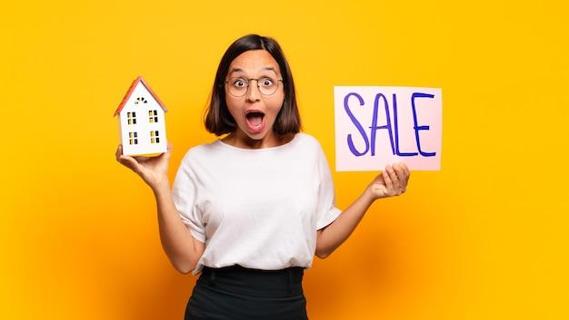販売のための若いきれいな女性の家