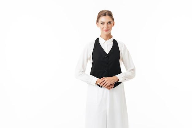 夢のように黒いベストと白いシャツを着た若いきれいな女性