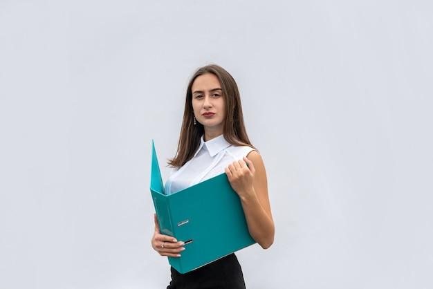 흰색 배경에 고립 된 종이 폴더와 비즈니스 옷에 젊은 예쁜 여자. 직업의 개념