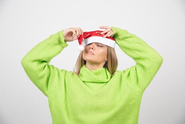 산타 클로스 빨간 모자에 젊은 예쁜 여자.