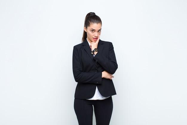 Молодая красивая женщина присматривает за вами, не доверяет, не смотрит и остается бдительной и бдительной бизнес-концепцией