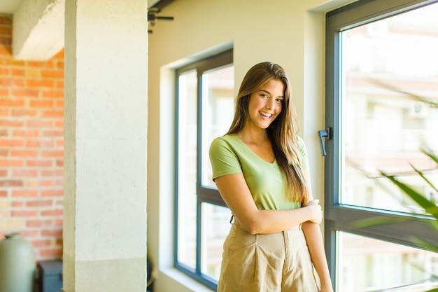 恥ずかしがり屋で元気に笑う若いきれいな女性、友好的で前向きだが不安な態度