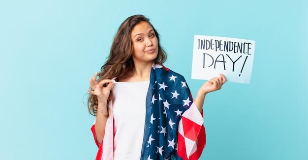 傲慢、成功、前向きで誇り高い独立記念日のコンセプトに見える若いきれいな女性