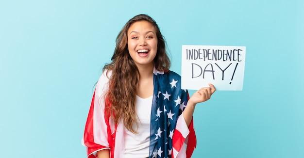 幸せで嬉しい驚きの独立記念日のコンセプトを探している若いきれいな女性