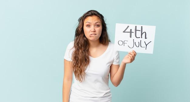 Молодая красивая женщина выглядит озадаченной и смущенной концепцией дня независимости