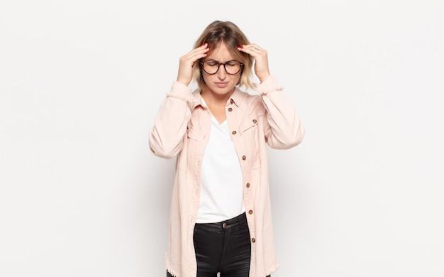 스트레스와 좌절을 찾고 젊은 예쁜 여자는 두통으로 압력을 받고 문제로 고민하고 있습니다.