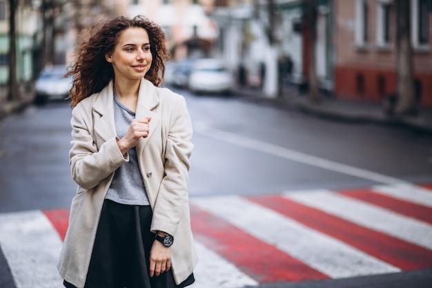 Молодая милая женщина на пешеходном переходе