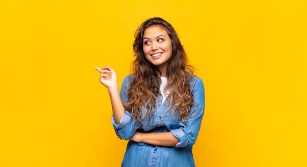 黄色の背景に若いきれいな女性