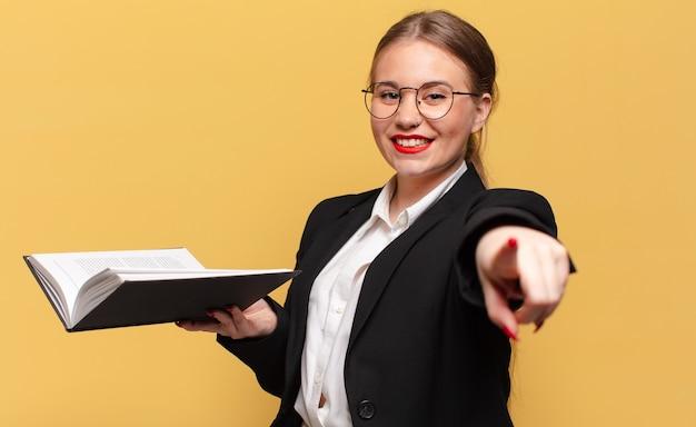 Молодая красивая женщина. указывая жест бизнес-концепция