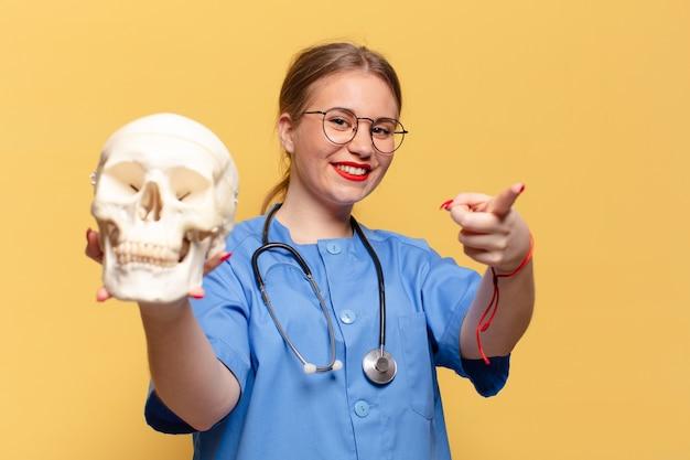 젊은 예쁜 여자. 포인팅 제스처 간호사 개념