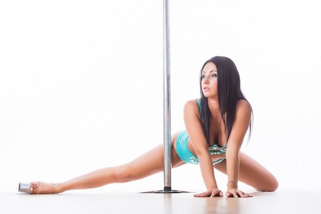 Молодая красивая женщина полюс танцор, изолированные на белом фоне