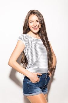 Giovane donna graziosa in posa e sorridente su sfondo bianco