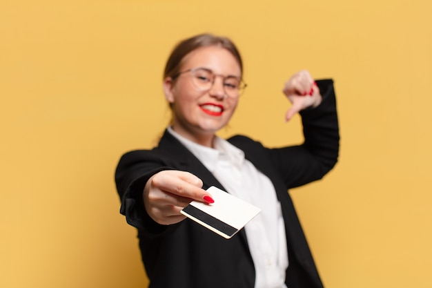 若いきれいな女性の誇らしげな表現のクレジットカードの概念