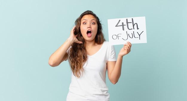 空気独立記念日のコンセプトで手を上げて叫んで若いきれいな女性