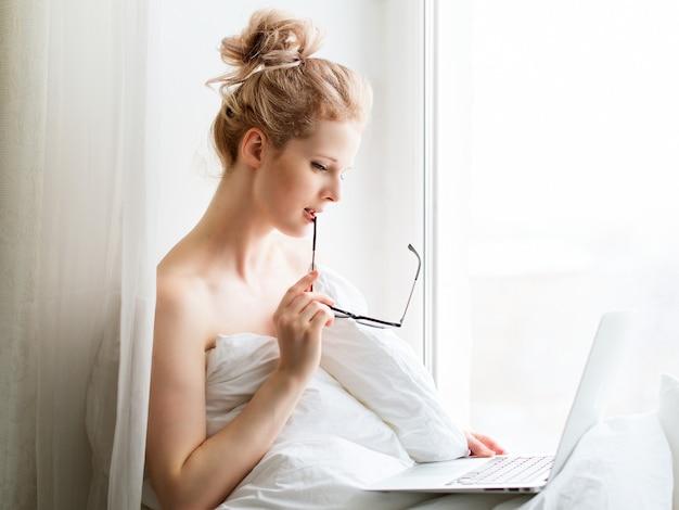 노트북 창에 앉아서 작업 젊은 예쁜 여자