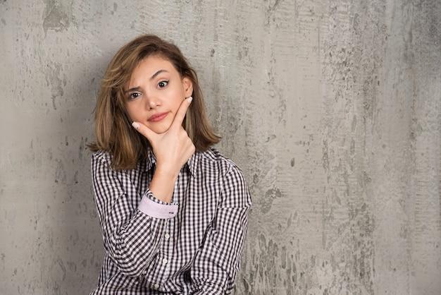 Una giovane donna graziosa seduta e in posa