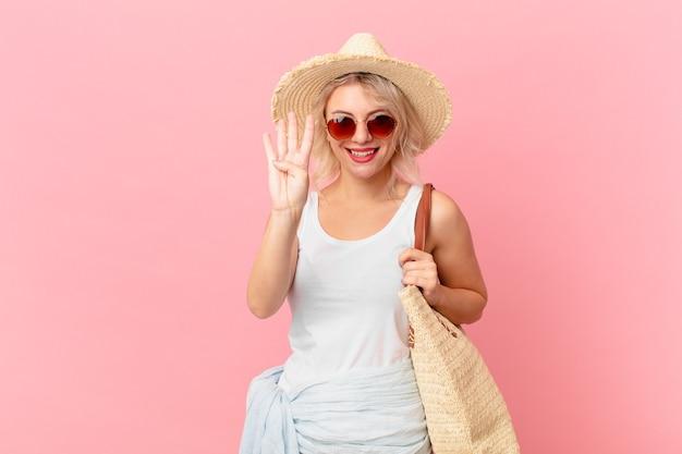 笑顔でフレンドリーに見える若いきれいな女性は、4番目を示しています。夏の観光コンセプト