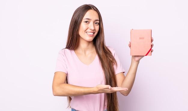 元気に笑って、幸せを感じて、コンセプトを示す若いきれいな女性。 2022プランナーコンセプト