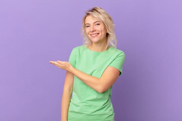 元気に笑って、幸せを感じて、コンセプトを示す若いきれいな女性