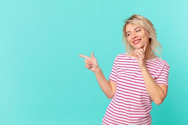 행복 하 게 웃 고 공상 또는 의심 젊은 예쁜 여자. 복사 공간 개념
