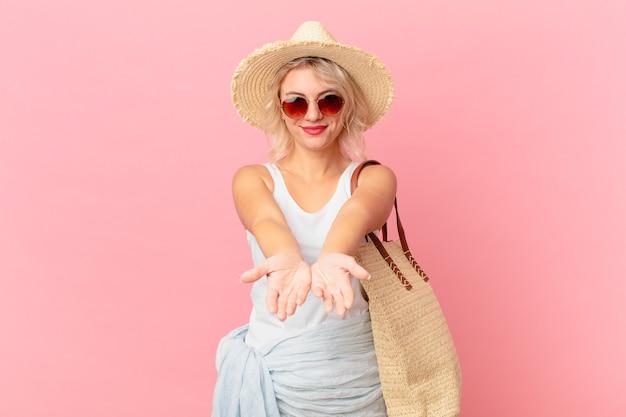フレンドリーで幸せそうに笑って、コンセプトを提供し、示す若いきれいな女性。夏の観光コンセプト