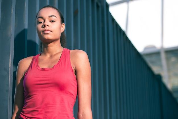 屋外に立って落ち着いて見える若いきれいな女性。ウェブサイトのバナー