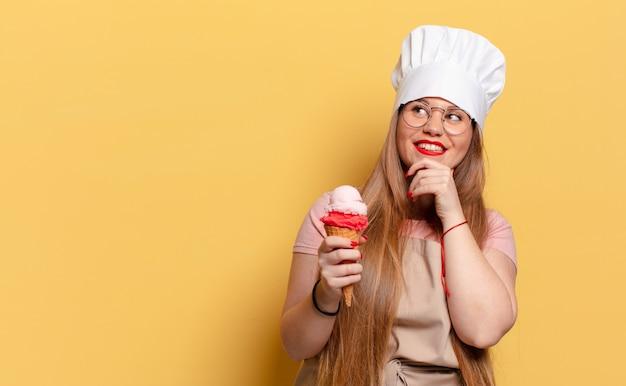 Молодая красивая женщина. концепция мороженого думает или сомневается