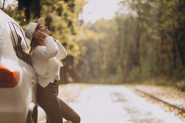 Молодая красивая женщина, путешествующая на машине