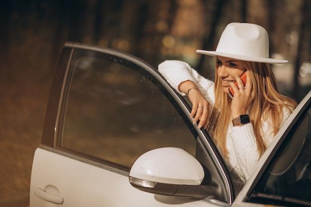 Giovane donna graziosa che viaggia in auto