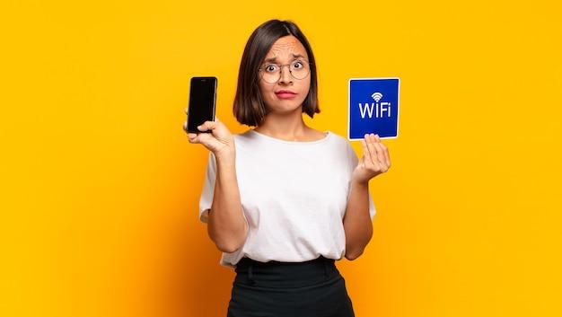 Молодая красивая женщина. концепция wi-fi