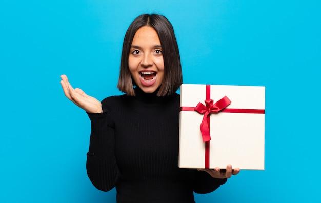 Молодая красивая женщина с подарком