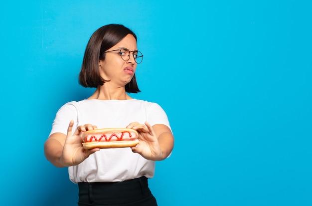 Молодая красивая женщина с хот-догом