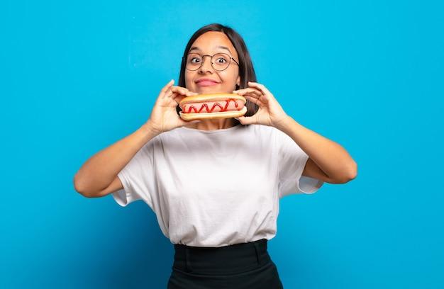 ホットドッグを持つ若いきれいな女性
