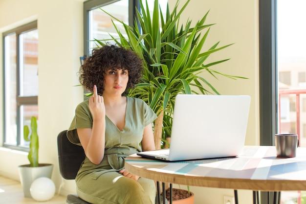 테이블에 노트북으로 젊은 예쁜 여자