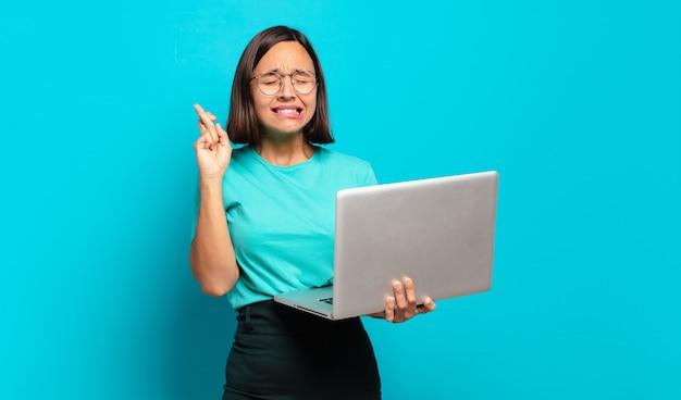 Молодая красивая женщина с ноутбуком