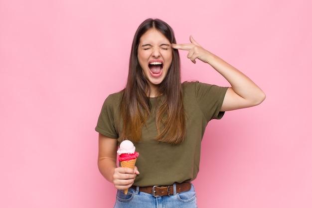 Молодая красивая женщина с мороженым