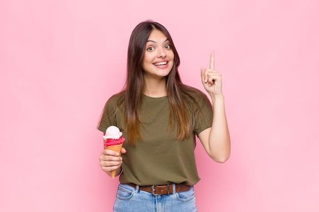 アイスクリームと若いきれいな女性