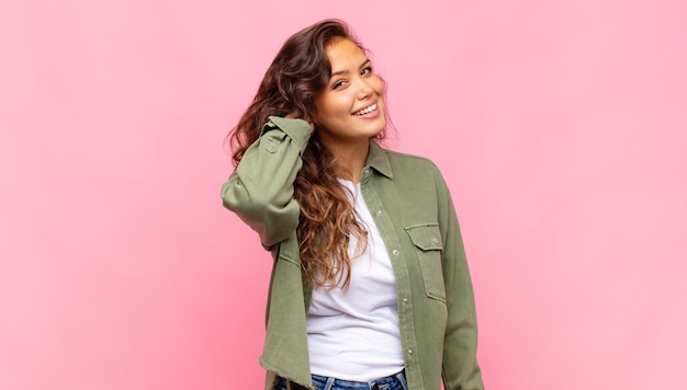 녹색 데님 오픈 셔츠 핑크 벽에 포즈와 젊은 예쁜 여자
