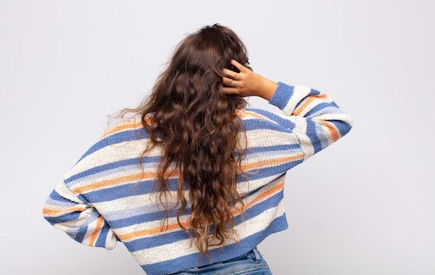 스트라이프 스웨터와 젊은 예쁜 여자. 뒷면보기