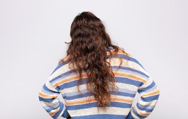 줄무늬 스웨터와 젊은 예쁜 여자