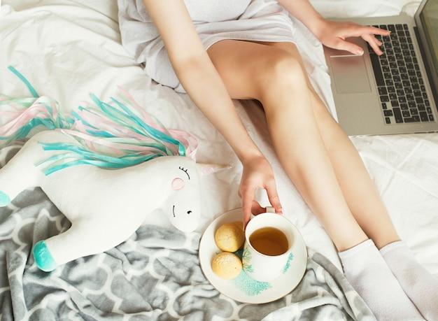 침대, 라이프 스타일에 노트북을 사용하는 젊은 예쁜 여자
