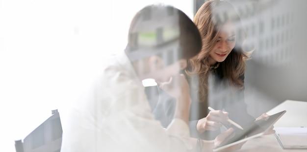 Молодая профессиональная бизнес команда проводит мозговой штурм проекта