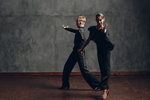 볼룸 paso doble에서 춤을 추는 젊은 전문 댄서.