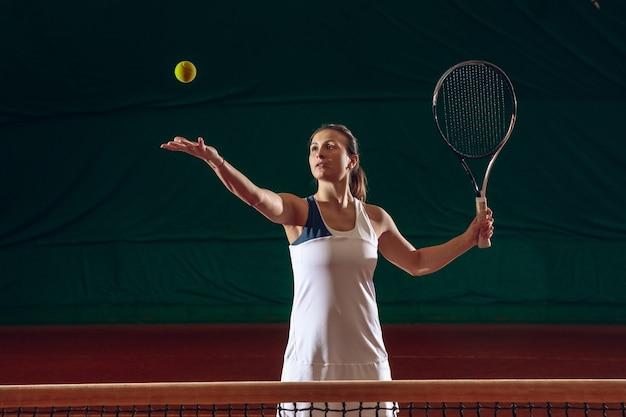 스포츠 코트 벽에 테니스 젊은 전문 sportswoman