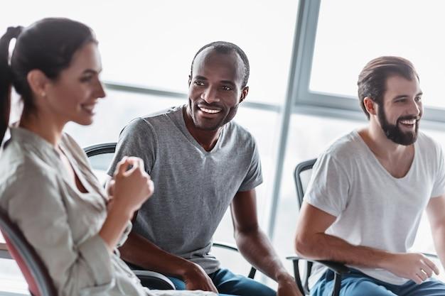 사무실에서 사업 계획을 논의하는 젊은 전문 팀